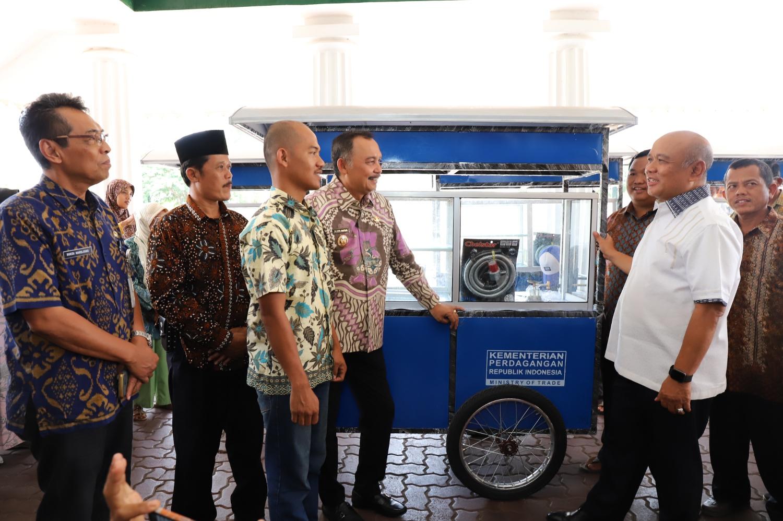 50 PKL Shelter Pasar Kutoarjo Terima Bantuan Gerobag