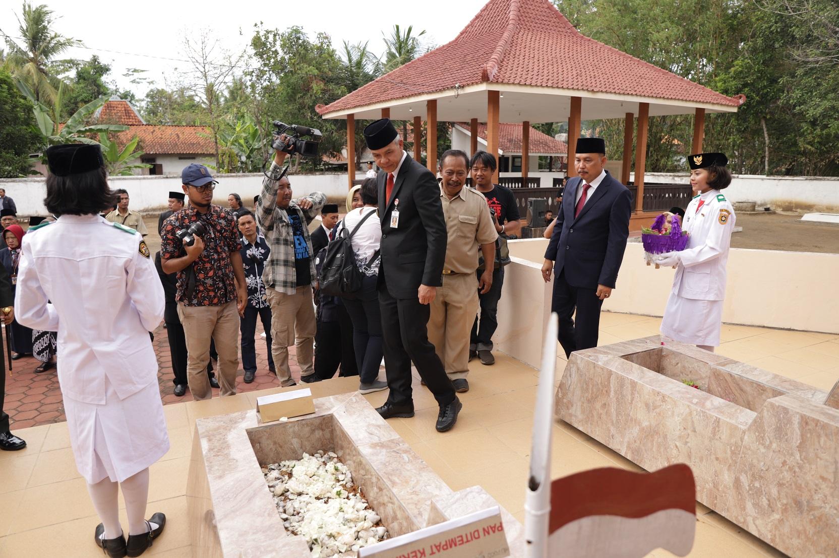 Tabur Bunga di TMP Tentara Pelajar Wareng, Gubernur Ajak Hormati Pahlawan Siapapun Dia